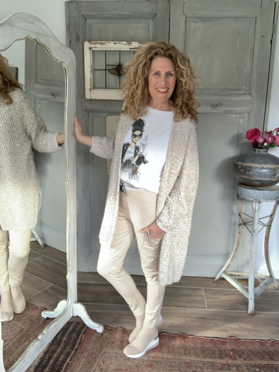 Oversized vest beige en wit beide joggingbroek met zijzakken Your Personal shopper